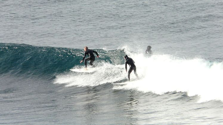 1024px-Bells_beach_surfers