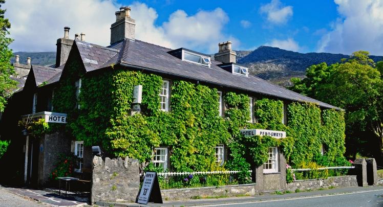 Pen-y-Gwryd_Hotel_in_Snowdonia._(14652690911)