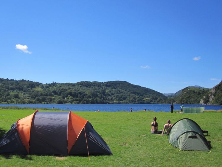 Llyn-Gwynant-summer-lakeside-camping-tents_campsite