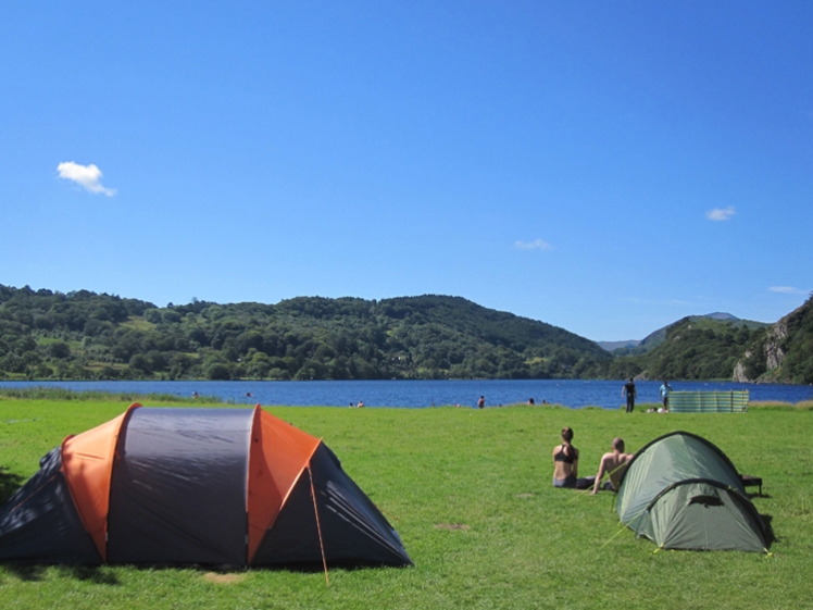 Llyn-Gwynant-summer-lakeside-camping-tents_campsite
