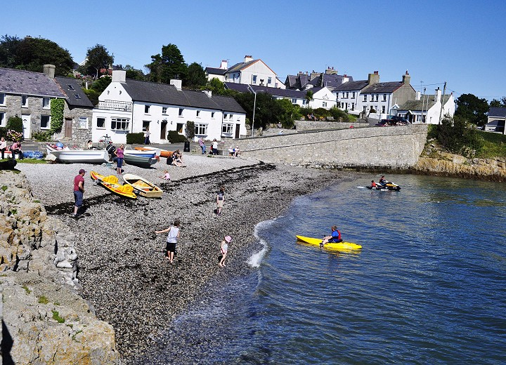 kids-playing-at-moelfre-south-beach-corrected-w720pxh520px